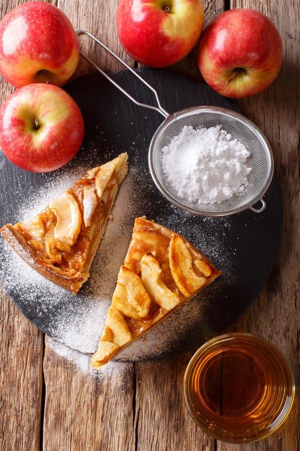 Besnoeiings vers gebakken appeltaart met gepoederd suikerclose-up op stock foto