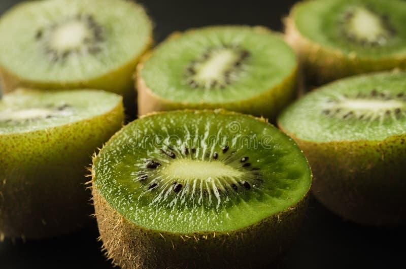 Besnoeiings verse kiwi tegen zwarte achtergrond/gesneden verse kiwi tegen zwarte achtergrond Sluit omhoog stock afbeelding