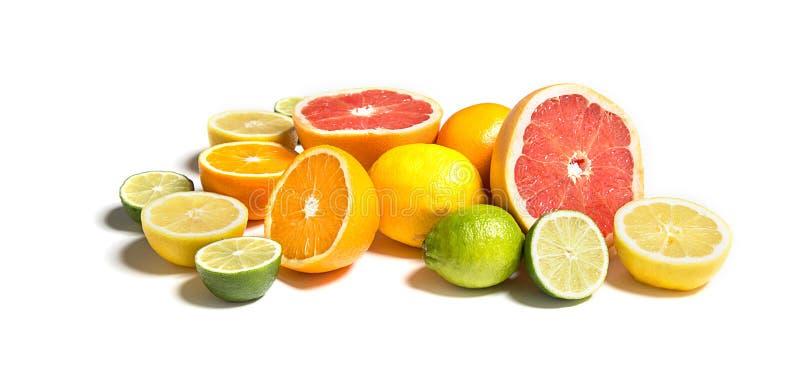 Besnoeiingscitrusvruchten van verschillend colorsonwit Gesneden en gehele citroen, sinaasappel, kalk, grapefruit stock foto