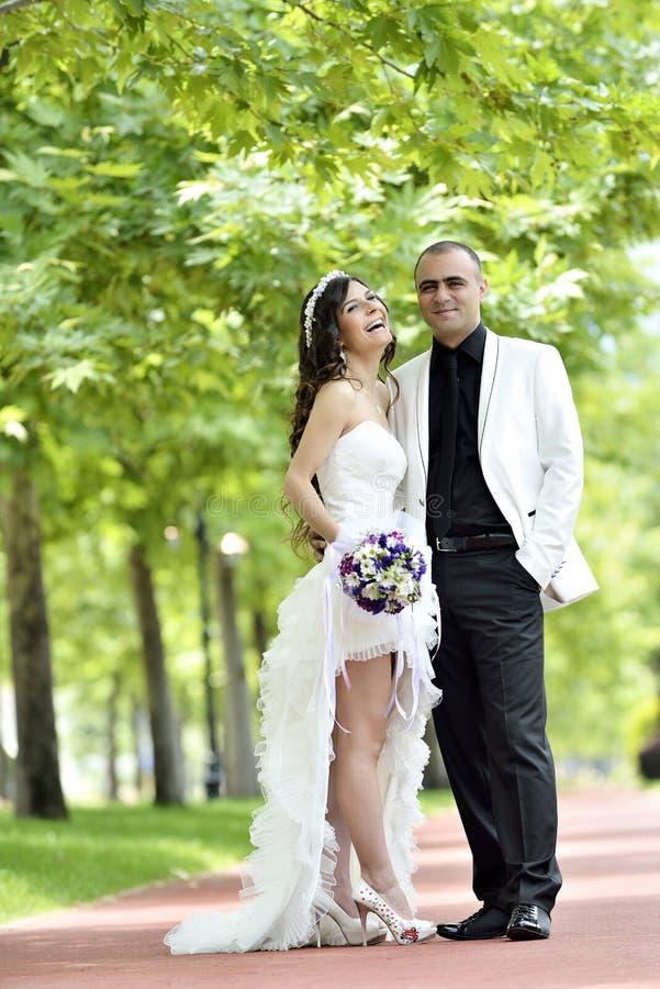 Beso al aire libre de novia y del novio imagen de archivo