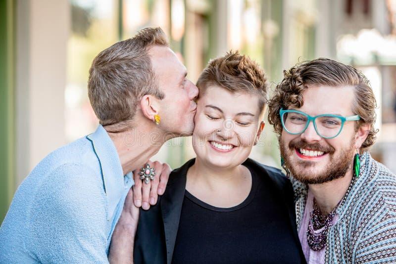 Beso amistoso entre amigos fotografía de archivo libre de regalías