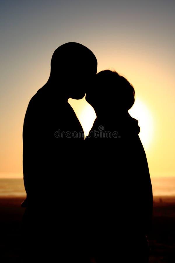 Beso de la silueta fotografía de archivo libre de regalías