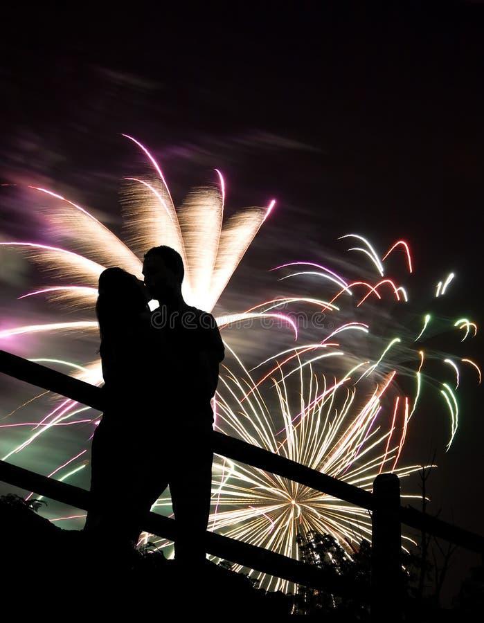 Beso de los fuegos artificiales fotografía de archivo