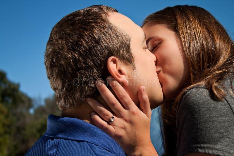 Beso de los pares del amor foto de archivo