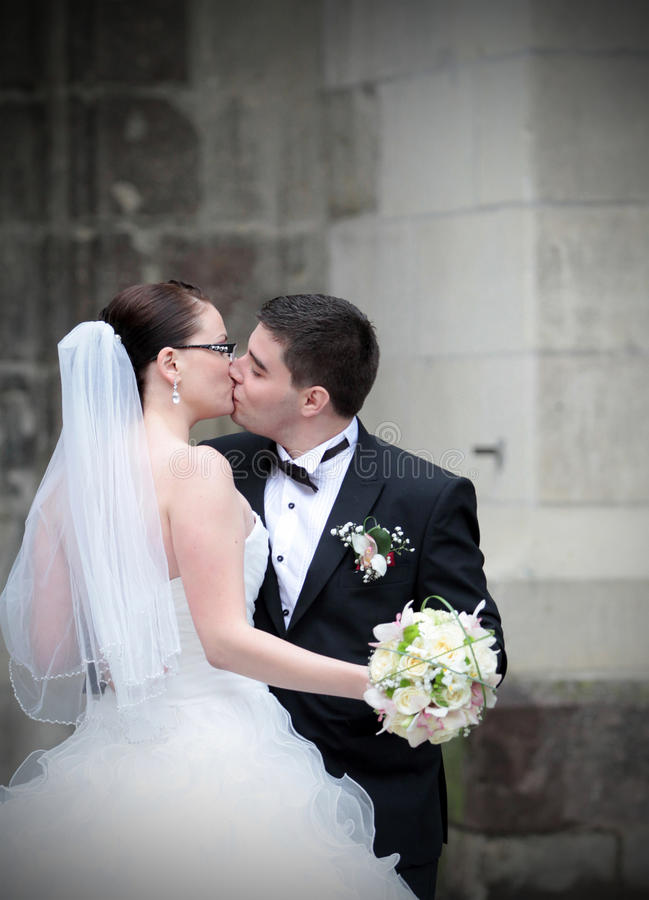 Beso de los recienes casados foto de archivo