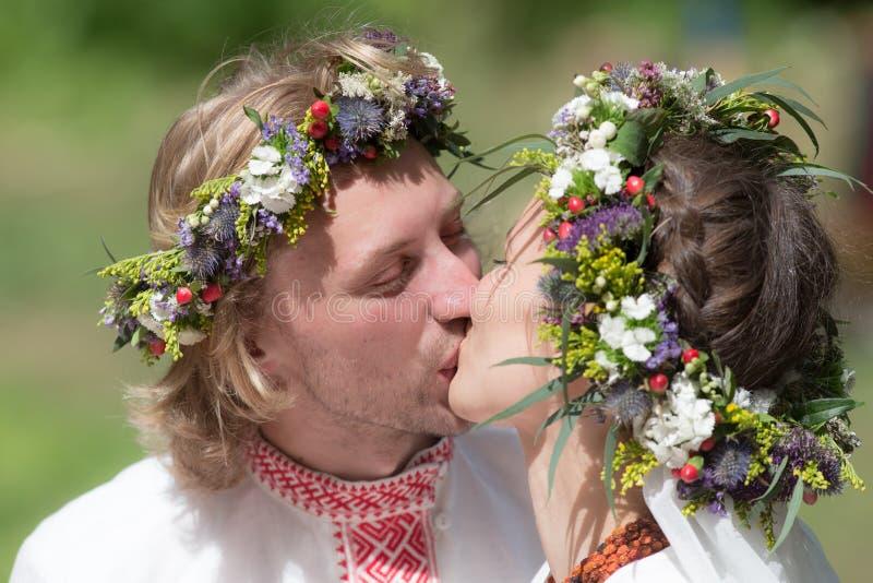 Beso de los recienes casados fotos de archivo