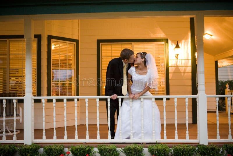 Beso de novia y del novio imagen de archivo libre de regalías