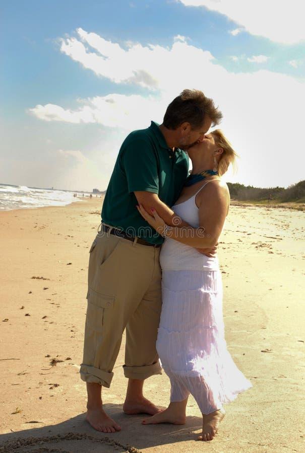 Beso de Romatic en la playa fotos de archivo