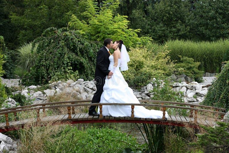 Beso en el puente foto de archivo