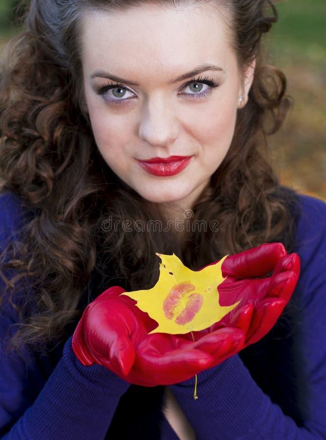 Beso hermoso de la muchacha imágenes de archivo libres de regalías