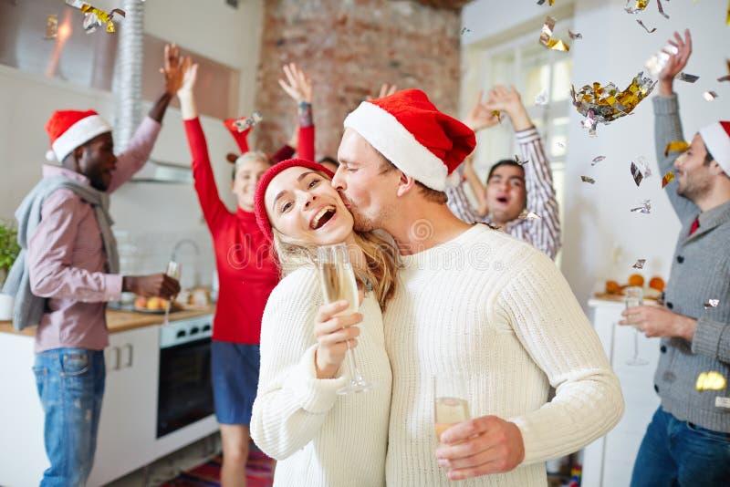 Beso para Navidad imagen de archivo libre de regalías
