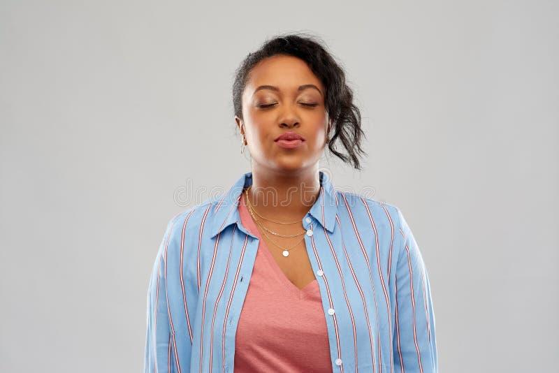 Beso que espera de la mujer afroamericana para foto de archivo