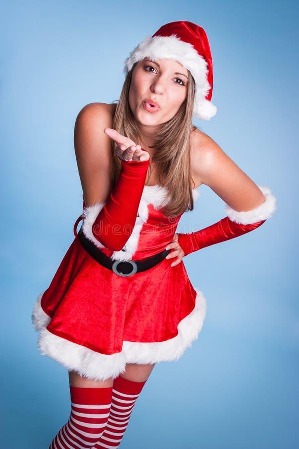 Beso que sopla de la mujer de la Navidad fotos de archivo libres de regalías