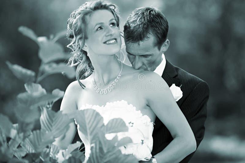 Beso Wedding en su cuello foto de archivo