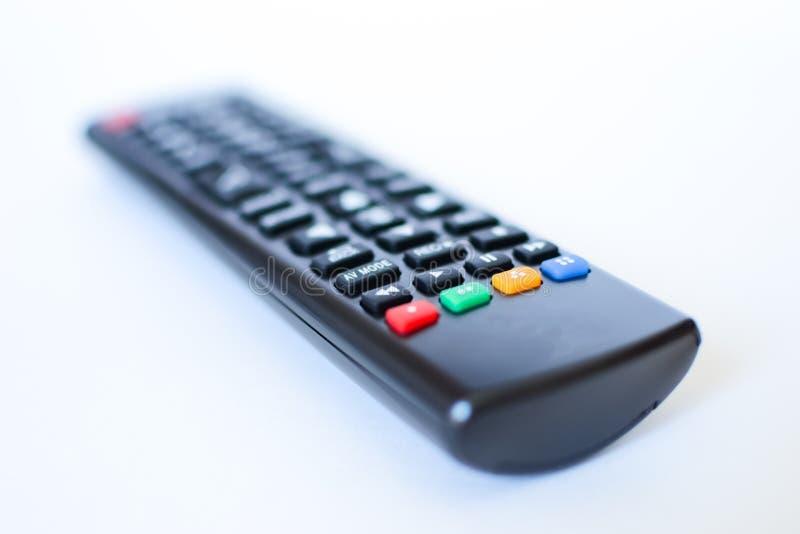 Besonders schwer unscharfe schwarze Fernbedienungen für das Fernsehen auf einem weißen Hintergrund lizenzfreie stockbilder