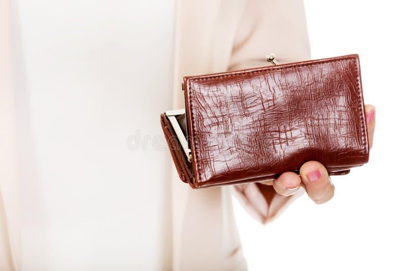 Besorgte ältere Frau mit leerer Geldbörse lizenzfreie stockfotografie