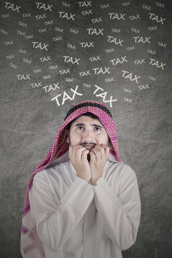 Besorgte arabische Person mit Steuerwort stockbilder
