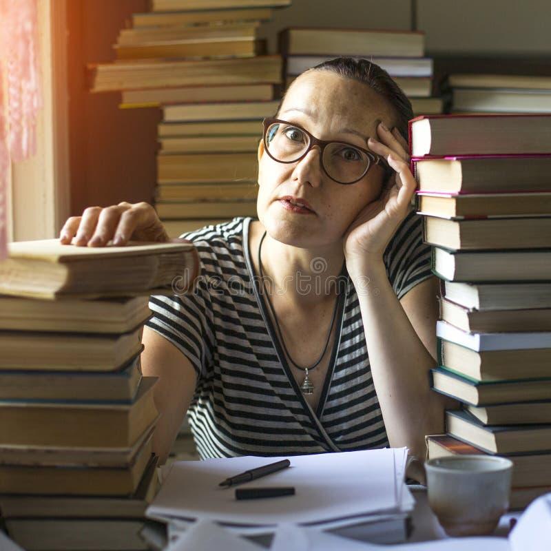 Besorgte Frau, die für Prüfungen sich vorbereitet stockfotos