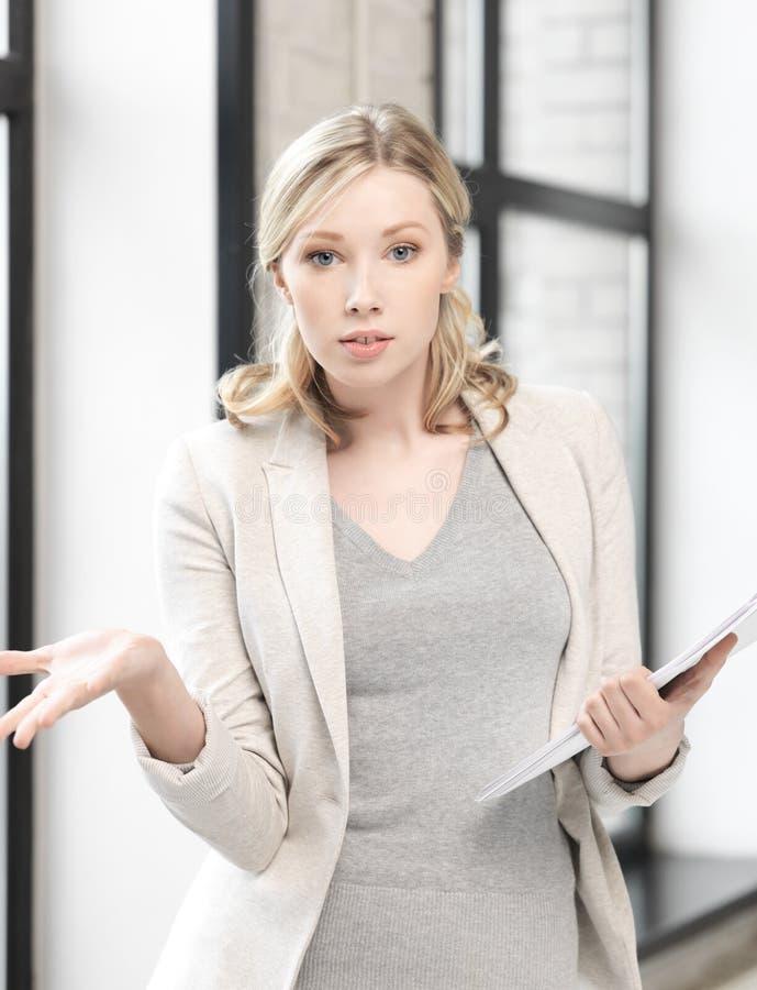 Besorgte Frau mit Dokumenten lizenzfreie stockfotos