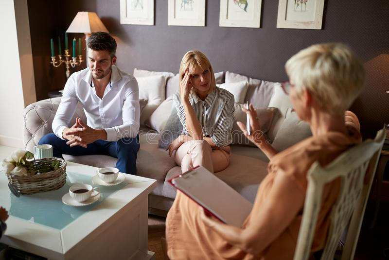 Besorgte Frau mit hörendem Psychologen des Ehemanns lizenzfreies stockfoto