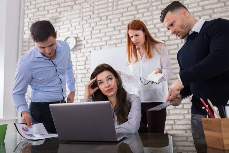 Besorgte Geschäftsfrau mit ihrem Kollegen lizenzfreie stockfotos