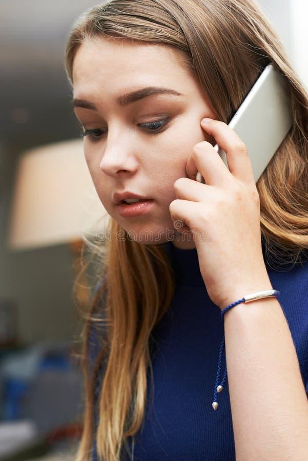Besorgte Jugendliche, die Anruf am Handy macht stockbilder