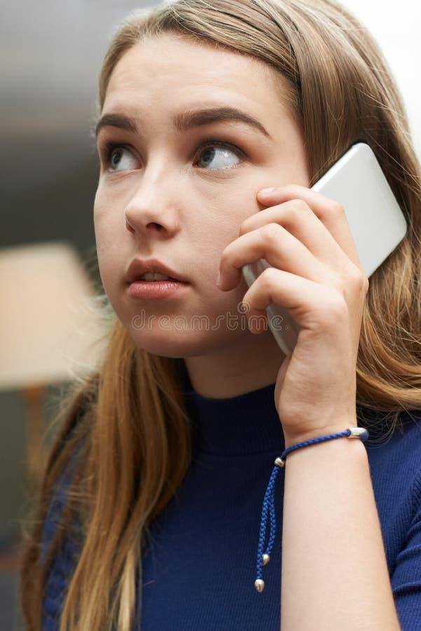 Besorgte Jugendliche, die Anruf am Handy macht stockfotos