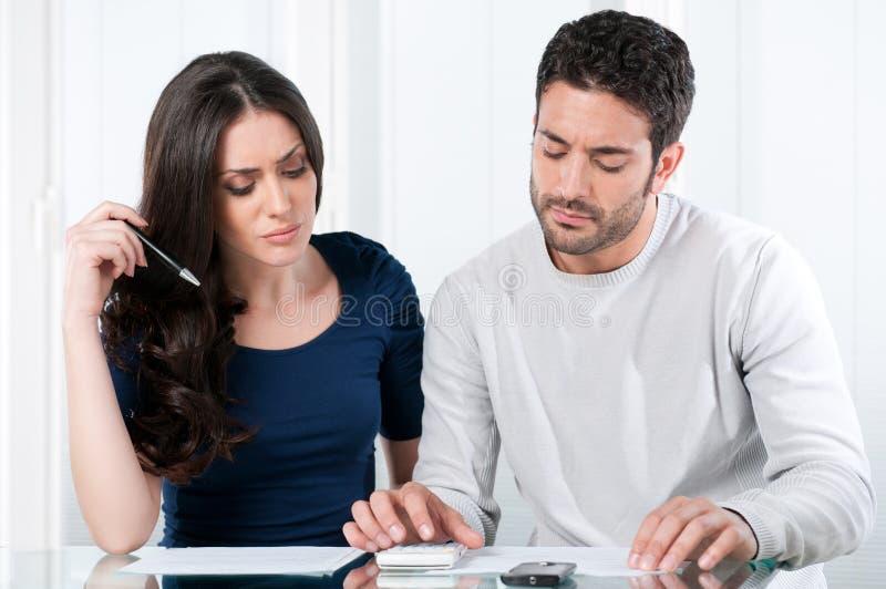 Besorgte Paare mit Rechnungen