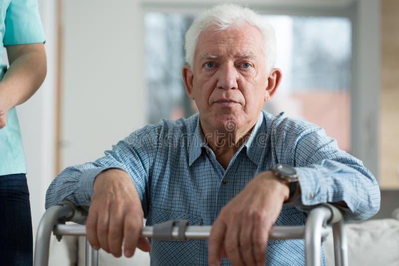 Besorgter behinderter älterer Mann stockbilder