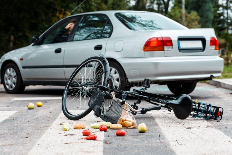 Besorgter Fahrer, nachdem Radfahrer geschlagen worden ist stockfoto
