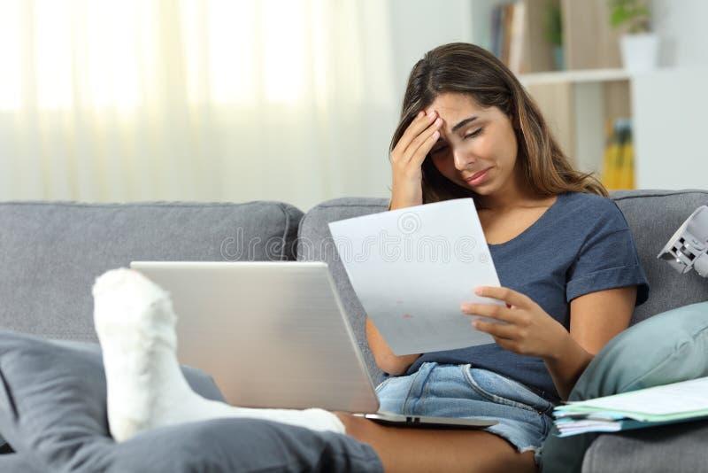 Besorgtes behindertes selbstständiges zu Hause arbeiten lizenzfreies stockbild