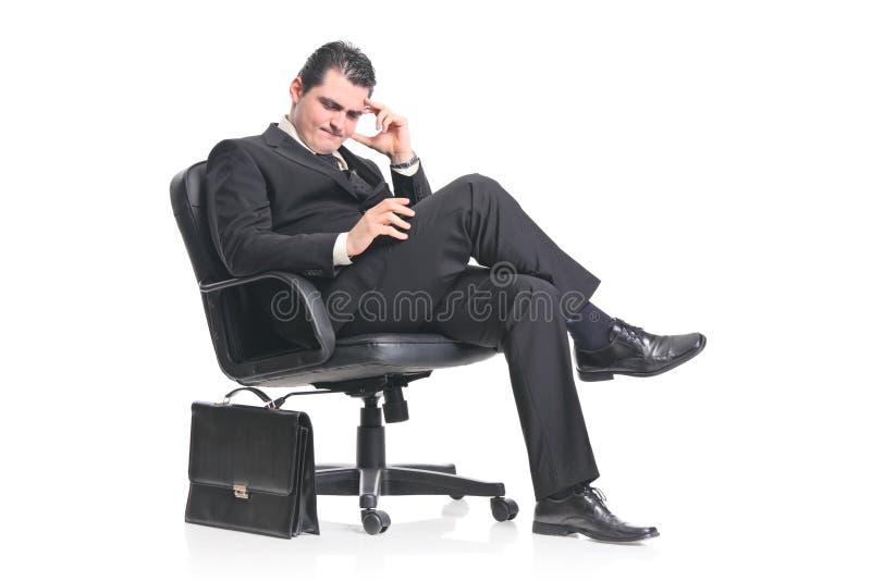 Besorgtes Geschäftsmannsitzen lizenzfreies stockbild