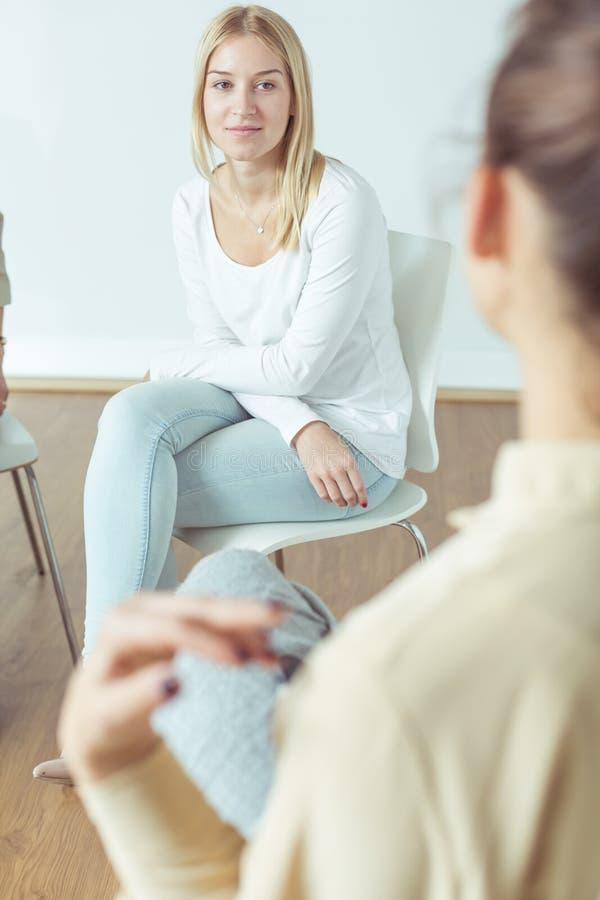 Besorgtes Mädchen auf Sitzung stockbild