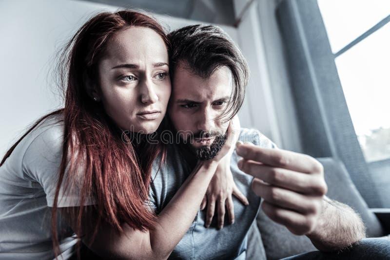 Besorgtes Mädchen, das ihren Freund umfasst lizenzfreies stockfoto