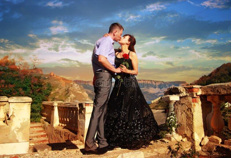 Besos hermosos jovenes de los pares foto de archivo libre de regalías