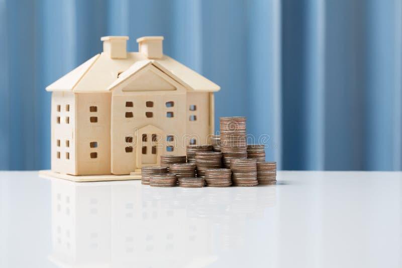 Besparing för begrepp för pengartillväxt som köper huset för din familj royaltyfria bilder