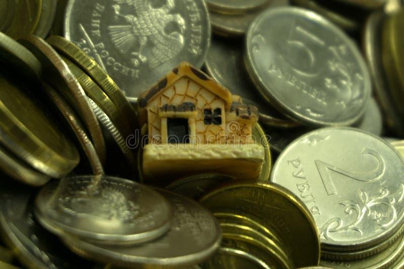 Besparing som köper ett begrepp för hus eller för hem- besparingar med begrepp för pengar för pengarmyntbunt växande aving arkivbilder