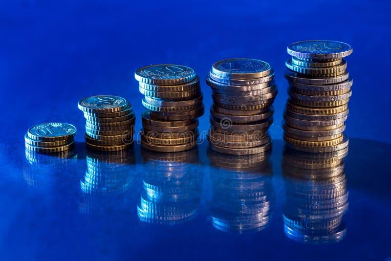 Besparingar ökande kolonner av isolerade guld- mynt royaltyfri bild