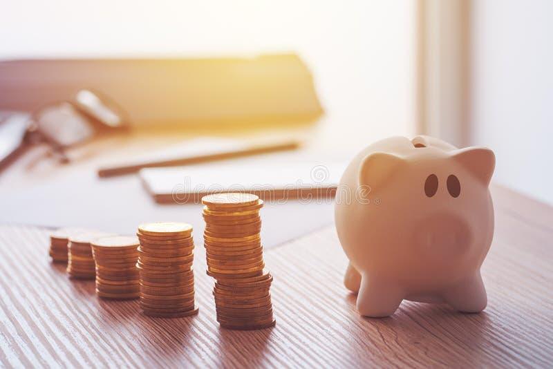 Besparingar, finanser, ekonomi och hemmet budgeterar arkivfoto
