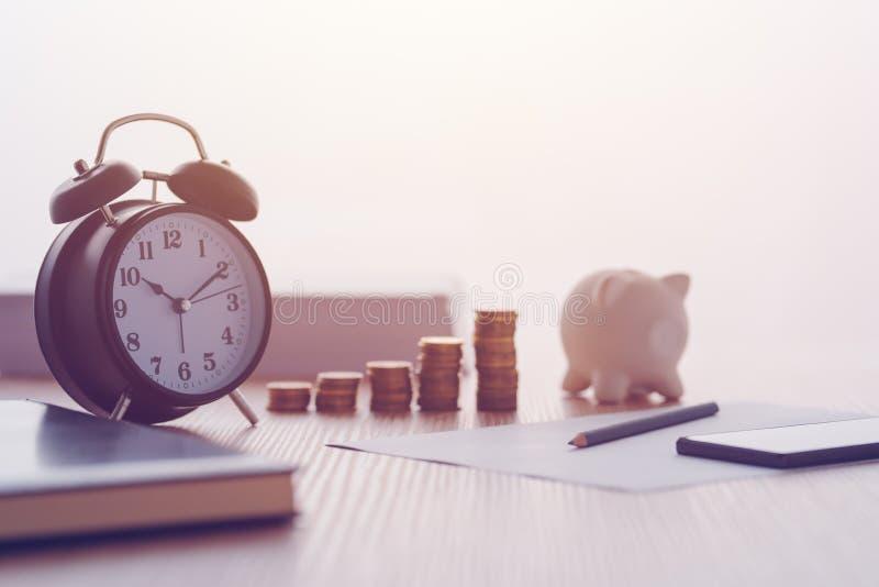 Besparingar, finanser, ekonomi och hemmet budgeterar royaltyfria foton