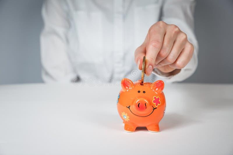 Besparingar, pengar, livräntaförsäkring, avgång och folkbegrepp arkivbilder