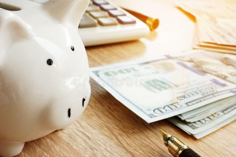 besparingar Spargris, räknemaskin och pengar arkivbilder