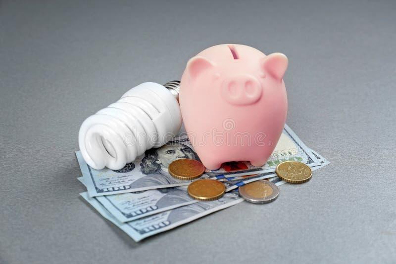 Besparingelkraftbegrepp keramiskt piggy för grupp arkivbilder