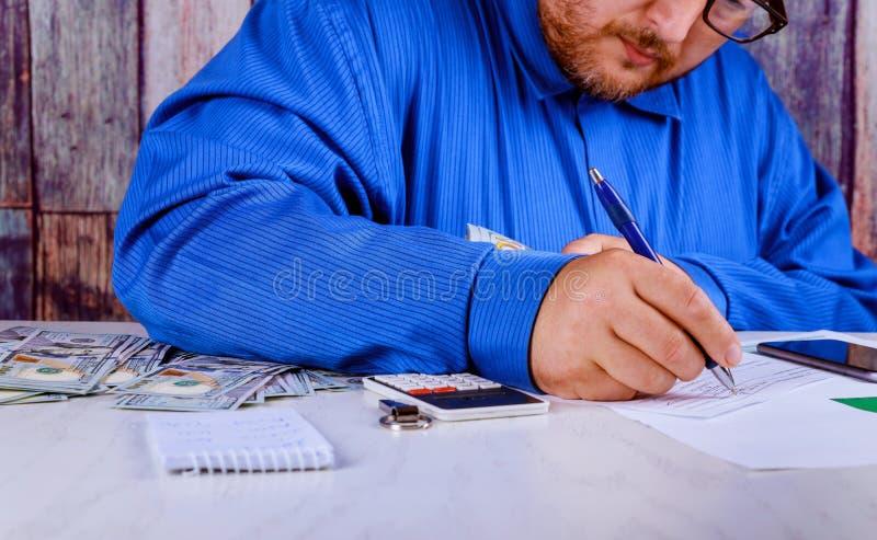 besparingen, financiën, economie en huisconcepten dichte omhooggaand van de mens met calculator tellend geld en thuis het maken v stock foto's