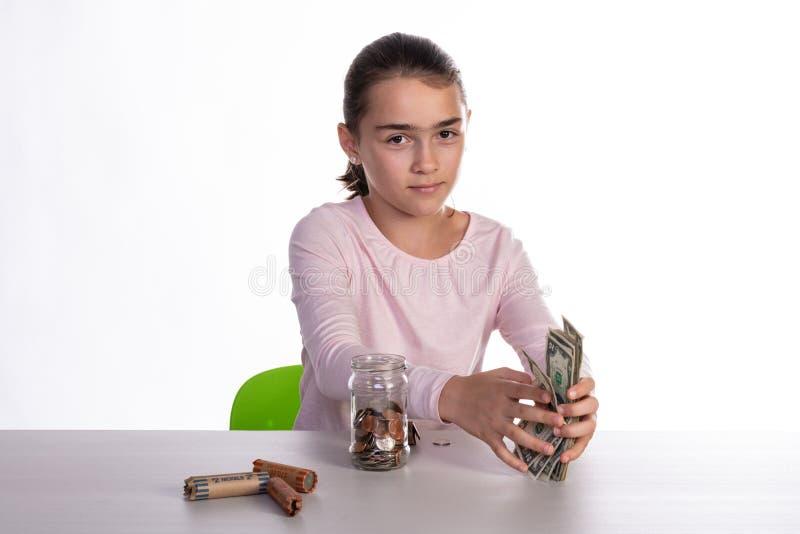 Besparingen van het meisjes de Tellende Spaarvarken stock foto