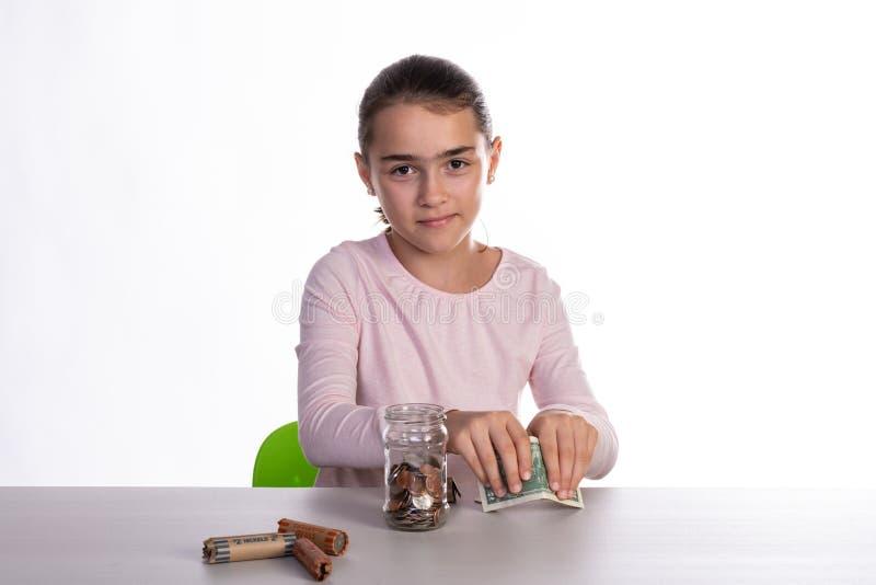 Besparingen van het meisjes de Tellende Spaarvarken stock afbeeldingen