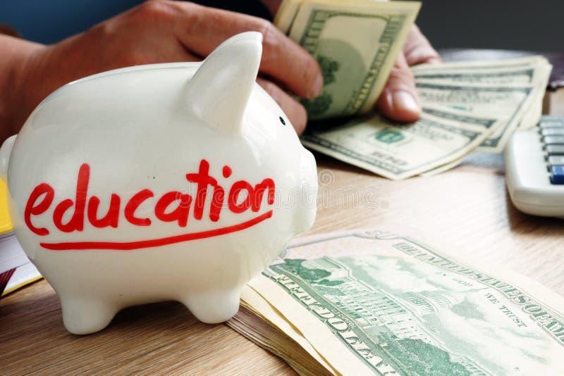 Besparingen voor onderwijs Overhandigt tellend geld stock afbeelding