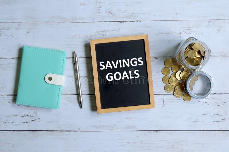 Besparingendoel op bord wordt geschreven dat stock foto's