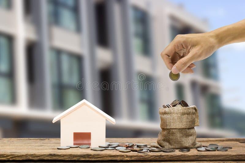 Besparingpengar som ska köpas hem som white för pussel för investering för hus för gods för bakgrundsbegreppsdollar verklig arkivbilder