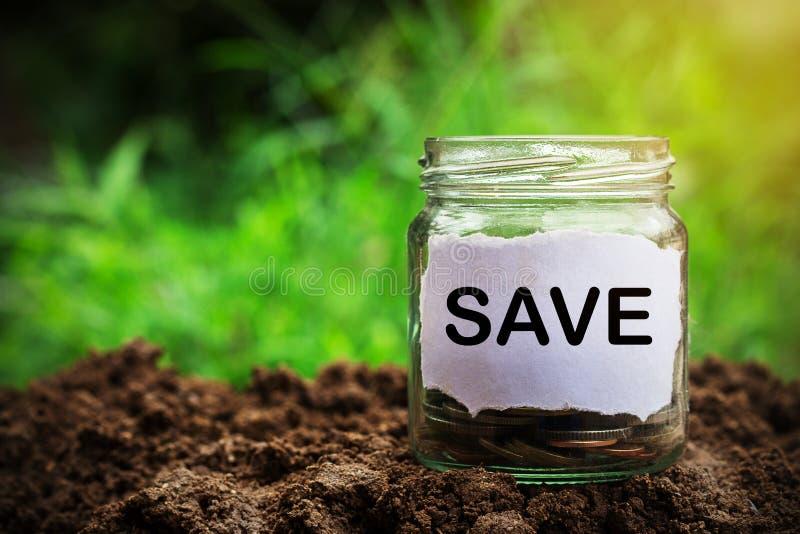 Besparingpengarkrus mycket av mynt på jord royaltyfri fotografi